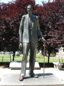 robert-wadlow-statue-225x300
